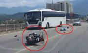 Đường rộng vắng nhưng đôi nam nữ vẫn lao xe máy vào ôtô