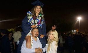 Nữ sinh Mỹ được bố cõng trên vai trong lễ tốt nghiệp