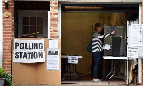 Một phụ nữ bỏ phiếu bầu thủ tướng Anh tại khu vực nam London. Ảnh: reuters.