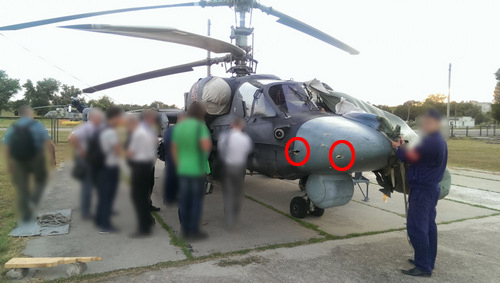 Chuyên gia kỹ thuật khám nghiệm chiếc Ka-52. Ảnh: Livejournal.