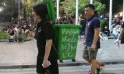 Cô gái bí ẩn cõng thùng rác dạo quanh phố đi bộ Hà Nội