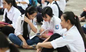 Sĩ tử Hà Nội tranh thủ ôn bài trước giờ thi