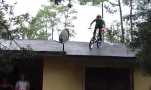 Anh chàng đã trả giá đắt khi lao xe từ mái nhà xuống đất.