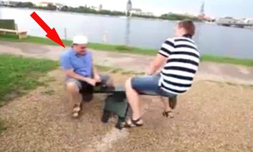 Ngã sấp mặt xuống đất khi chơi bập bênh.