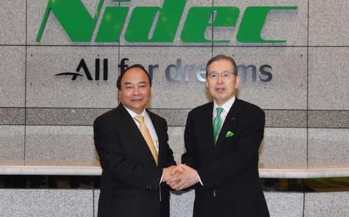 Thủ tướng Nguyễn Xuân Phúc và Chủ tịch Tập đoàn Nidec. Ảnh: VOV