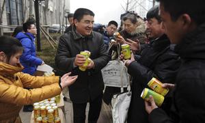 Nhà giàu Trung Quốc vừa làm từ thiện vừa lo