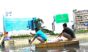 Chèo bè xốp ra công trình chống ngập ở trung tâm Sài Gòn