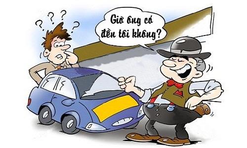 Người bán xe đứng hình trước yêu cầu của khách hàng