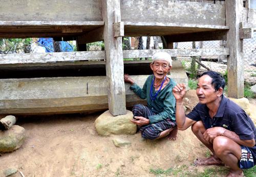 Cụ Phạm Thị Búp cùng người con trai cả bên chiếc quan tài anh làm sẵn cho cụ. Ảnh: Thạch Thảo.