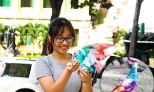 Đàn chim bồ câu nhuộm màu ở trung tâm Sài Gòn