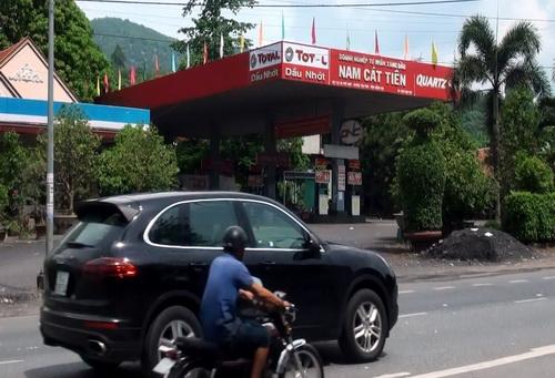 Giếng nước bốc cháy do bồn chứa xăng dầu cây xăng Nam Cát Tiên bị rò rỉ. Ảnh: Phước Tuấn