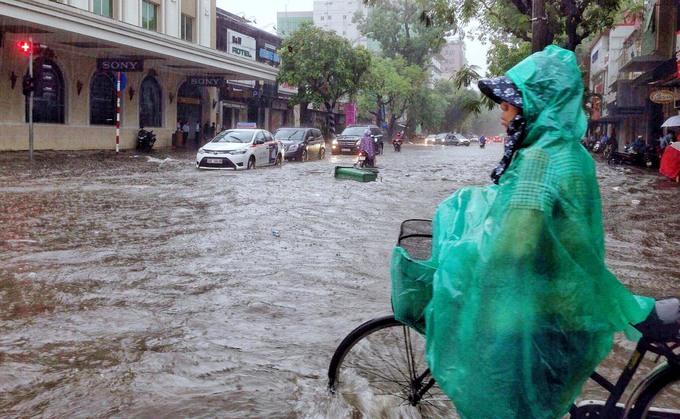 Người Hà Nội bì bõm sau cơn mưa lớn