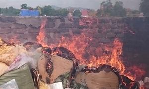 Hơn 2 tấn thực phẩm bẩn bị đốt thành than