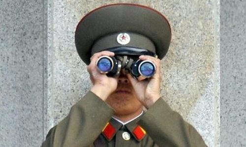 Một binh sĩ Triều Tiên ở khu phi quân sự. Ảnh: Reuters