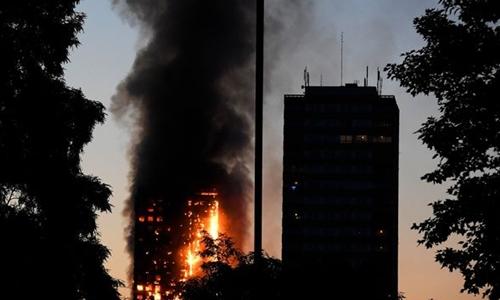 Ngọn lửa bùng lên ở tòa tháp Grenfell, London. Ảnh: Mirror