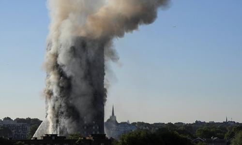 Khói bốc lên từ đám cháy tòa tháp chung cư Grenfell ở London. Ảnh: Reuters
