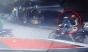 Thiếu nữ váy ngắn đi xe máy bị sàm sỡ giữa phố Hà Nội