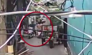 Người phụ nữ bị cướp giật dây chuyền trong hẻm Sài Gòn