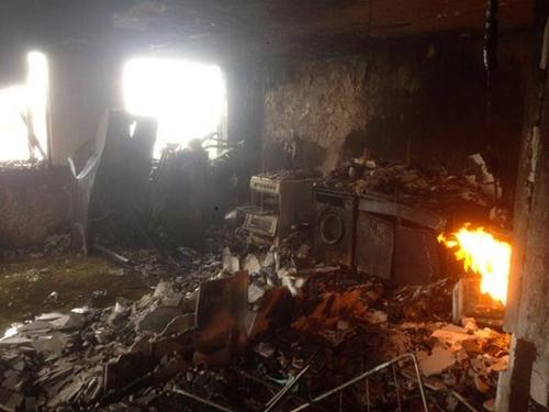 Một trong những hình ảnh đầu tiên trong chung cư cháy. Ảnh: BBC