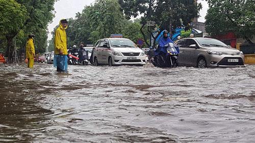 Mưa lớn ngày 13/6 khiến nhiều tuyến phố ở Hà Nội bị ngập. Ảnh: Giang Huy.