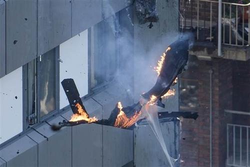 Mảnh vật thể rơi từ tòa nhà Grenfell trong vụ cháy. Ảnh: AP