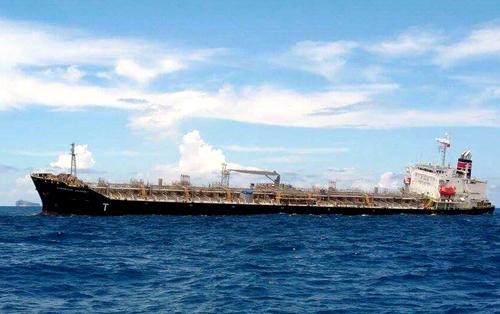 Tàu chở 30.000 tấn hóa chất nghiêng sau khi bị mắc cạn. Ảnh: Tư Huynh