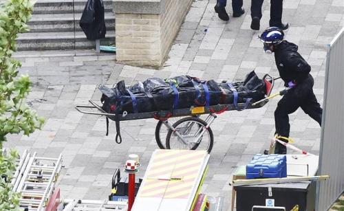 Một thi thể được đưa ra từ chung cư Grenfell sau vụ hoả hoạn. Ảnh: AP