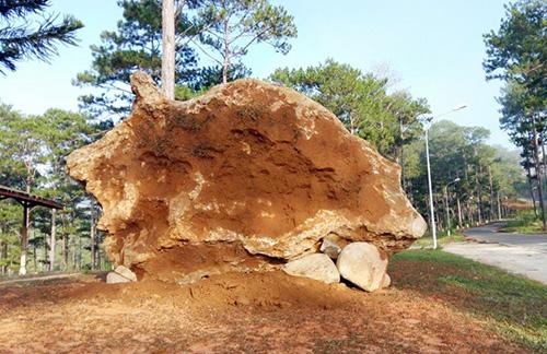 Tảng đá bán quý đang được trưng bày tại Khu dự trữ sinh quyển thế giới Langbiang. Ảnh: Khánh Hương