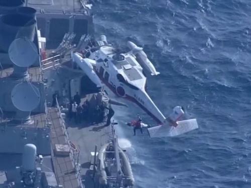 Thuỷ thủ được đưa lên trực thăng sau va chạm. Ảnh: SkyNews