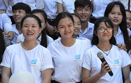 Võ Tường An(giữa) nữ sinh giành 12 học bổng Mỹ mang dự án 60DAYS về đảo Lý Sơn với mong muốn giúp học sinh trên đảo rút ngắn khoảng cách với đất liền. Ảnh: Thạch Thảo