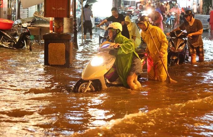 Trung tâm Hà Nội tê liệt trong biển nước