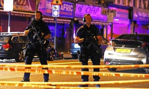 Cảnh sát Anh tại hiện trường vụ đâm xe. Ảnh: Reuters