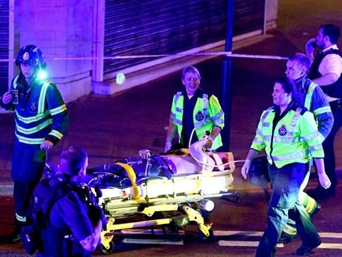 Người bị thương được đưa đi cấp cứu