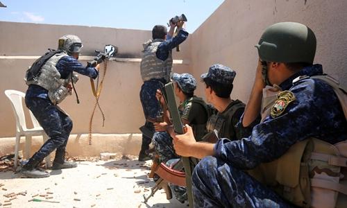 Các lực lượng vũ trang Iraq tấn công IS ở Mosul. Ảnh: AFP