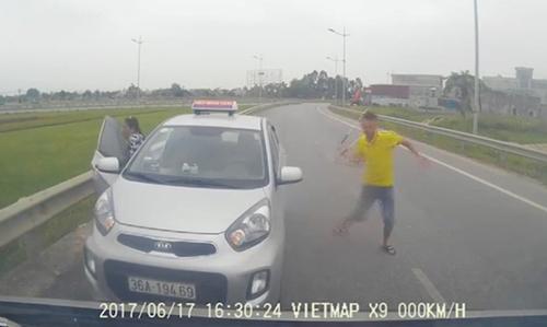 tai-xe-taxi-chay-nguoc-chieu-va-mua-gay-khai-cho-nguoi-di-cap-cuu