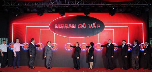Khách mời danh dự và Ban lãnh đạo Nissan và An Phú AutoMobile nhấn nút khai trương Nissan 3S Gò Vấp