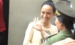 Hoa hậu Phương Nga vẫy tay tươi cười khi đến tòa