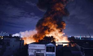Người dân di tản trong đêm vì đám cháy kho hàng ở Sài Gòn