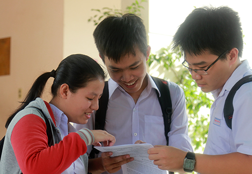 Thí sinh rời phòng thi ở Nha Trang phấn khởi vì làm tốt môn thi Ngoại ngữ. Ảnh: Xuân Ngọc