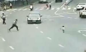 Cảnh sát lao ra cứu bé 2 tuổi nhảy xuống từ xe máy