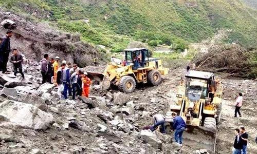Lực lượng cứu hộ đang tìm kiếm nạn nhân trong vụ sạt lở ở Tứ Xuyên, Trung Quốc. Ảnh: Sichuanonline