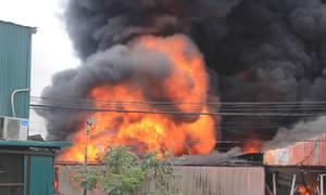 Xưởng nhựa cháy lớn giữa trưa ở Hà Nội