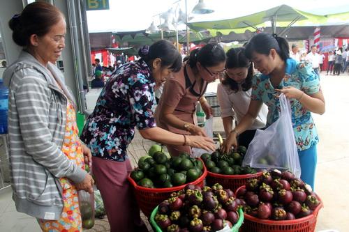 Chợ đầu mối nông sản trong sáng khai trương. Ảnh: Phước Tuấn