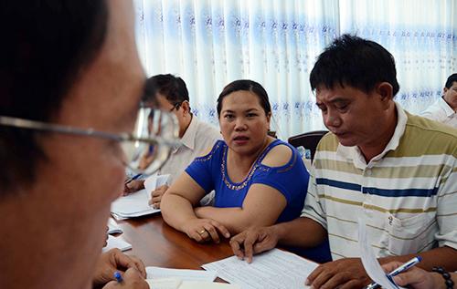 Ngư dân thảo luận về giải pháp khắc phục tàu vỏ thép hư hỏng với Công ty TNHH Một thành viên Nam Triệu. Ảnh: Thạch Thảo.