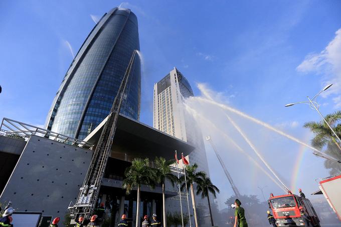 100 lính cứu hoả diễn tập chữa cháy toà nhà hành chính 37 tầng