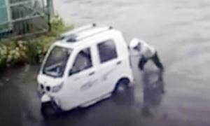 Cảnh sát lội nước đẩy ôtô chết máy