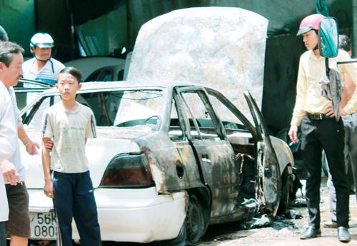 vụ hỏa hoạn làm ôtô hư hỏng hoàn toàn. Ảnh: Hộ Phòng.