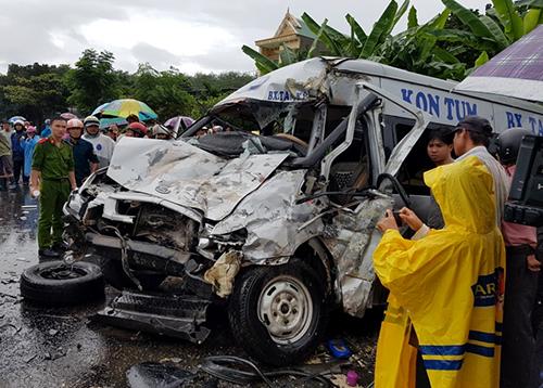 Ôtô khách bẹp dúm sau tai nạn. Ảnh: Nhật Hạ