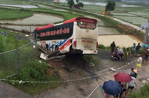 xe-khach-no-lop-tren-cao-toc-13-nguoi-bi-thuong