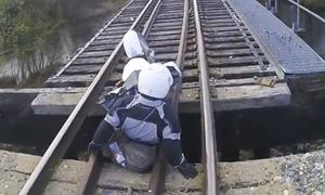 Biker và môtô suýt rơi lọt khỏi cầu